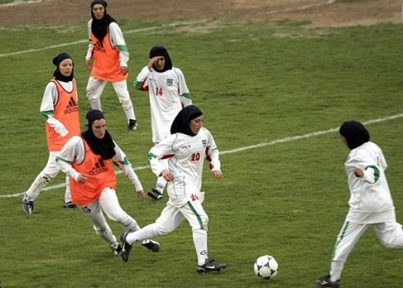 wanita bertudung main bolasepak